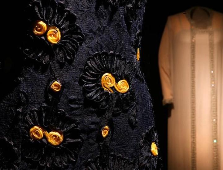A sus 79 años, el cordobés Elio Berhanyer es el decano de los diseñadores de moda en España. A lo largo de su trayectoria ha vestido a reinas, marquesas, actrices, cantantes e incluso a toda la tripulación de azafatas de Iberia. El Museo del Traje acoge, hasta el 22 de febrero, una exposición con la que se rinde homenaje al medio siglo que este prestigioso modisto dedicó al vestido. Vea más imágenes.