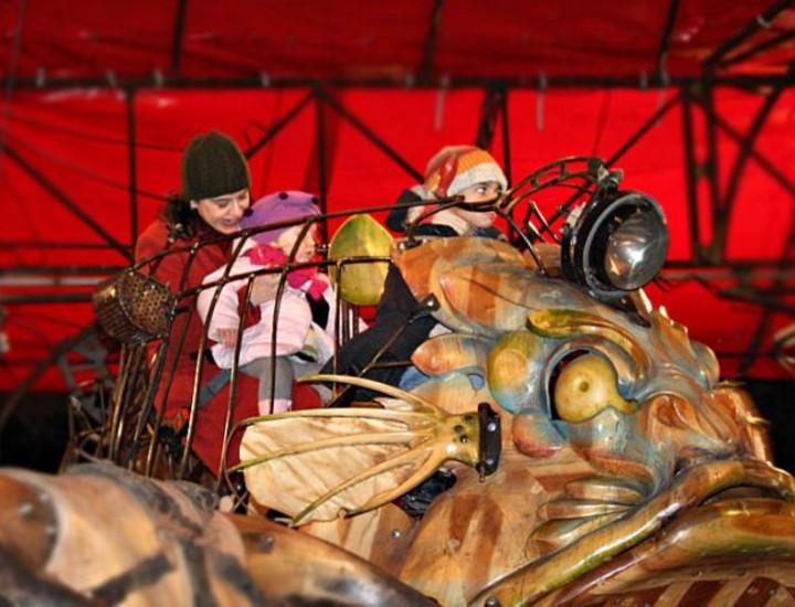 El Carrusel de Navidad, gran tiovivo diseñado por François Delaroziére, funcionará para niños y mayores en el Paseo de Coches del parque de El Retiro desde este jueves y hasta el próximo 4 de enero. Vea más imágenes