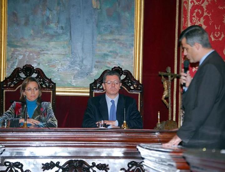 Los 30 años de la Constitución Española se celebraron este año con dos brindis: uno por la Comunidad de Madrid, que organizó su tradicional recepción en la sede del Gobierno regional en la Puerta del Sol, y el del Ayuntamiento, que en la casa de la Villa premió a las Fuerzas Armadas por defender los valores de la Carta Magna.