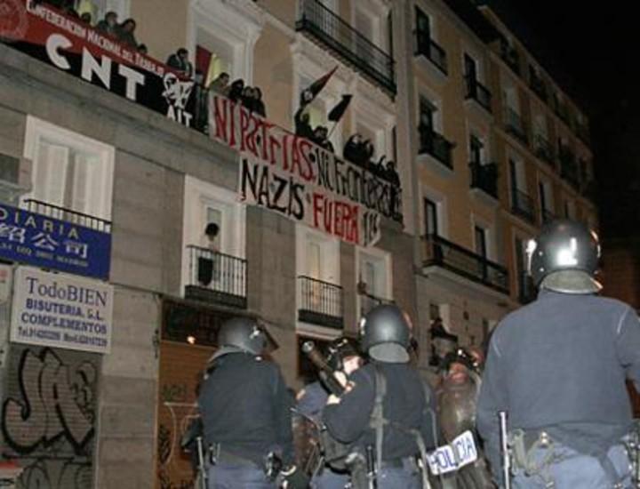 Decenas de antidisturbios del Cuerpo Nacional de la Policía cargaron este viernes con pelotas de goma y gases lacrimógenos contra más de dos centenares de antifascistas y neonazis congregados en los alrededores de la plaza de Tirso de Molina y el barrio La Latina, donde ambos grupos tenían previsto manifestarse.