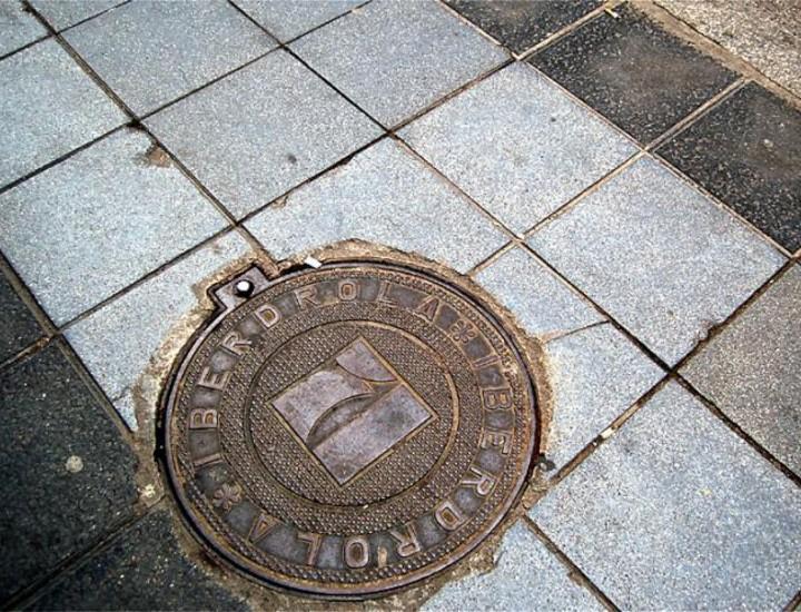 En Madrid existen 1.300.000 tapas en toda la ciudad de Madrid. En los últimos años se han sustituido las antiguas tapas por arquetas para evitar afectar al pavimento en obras y revisiones.