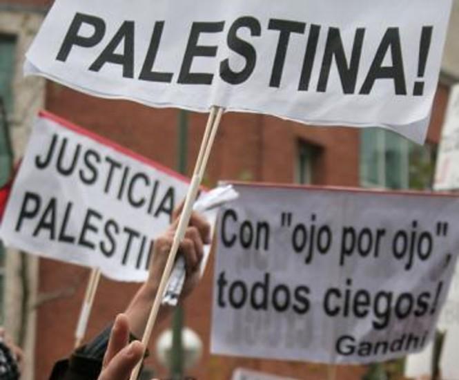 Varios cientos de personas que participaban en la concentración en solidaridad con el pueblo palestino ante el Ministerio de Asuntos Exteriores, improvisaron una manifestación que recorrió el centro hasta finalizar frente a la embajada de Israel.