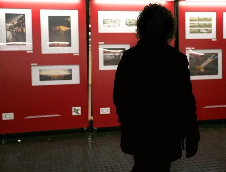 Más de 60 fotografías ganadoras del certamen 'Caminos de Hierro', cuya temática gira en torno al ferrocarril, se exponen hasta el miércoles en el vestíbulo de la estación de trenes de Chamartín, según informó la Fundación de los Ferrocarriles Españoles, organizadora del evento. Vea más imágenes.