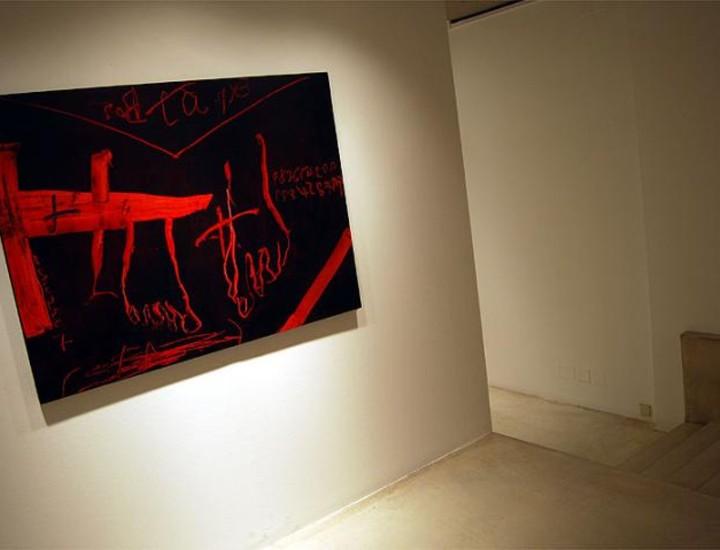 La galería Soledad Lorenzo ofrece hasta el sábado 17 de enero la oportunidad de disfrutar de las obras más recientes de Antoni Tàpies en las que está la huella persistente del estilo de este gran artista catalán, con predominio de rojos, negros, ocres y grises.