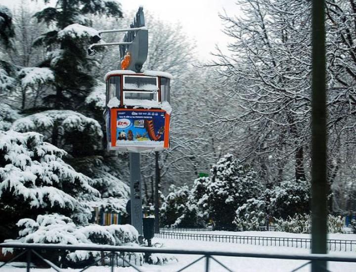 La intensa nevada de este viernes dejó estampas de postal en el madrileño parque de El Retiro, en la Casa de Campo y en otras zonas verdes de la capital, como el parque del Oeste.