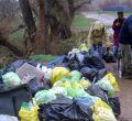 Voluntarios limpian el Henares