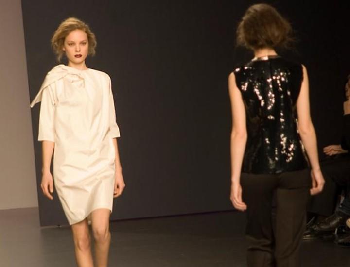 Gruesas tafetas de seda, jerseys de lana y líneas estructuradas y rectilíneas definen la propuesta presentada por Lemoniez en la tercera jornada de Cibeles Fashion Week.
