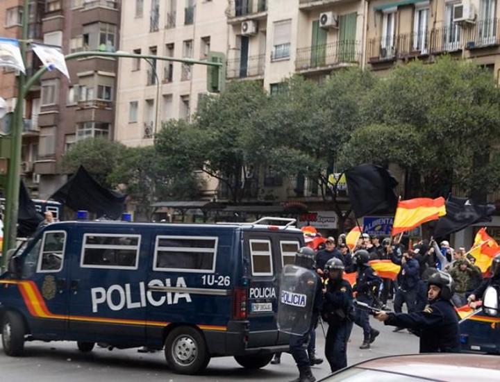 El partido xenófobo Movimiento Patriota Socialista convocó para este sábado una manifestación en Puente de Vallecas, que tuvo su réplica. Los antifascistas madrileños organizaron una protesta a escasos metros de la anterior bajo el lema 'Vallekas contra el fascismo'. En la imagen, el frente de la manifestación de ultraderecha llega al Puente de vallecas, dondeles esperan varias unidades del Cuerpo Nacional de Policía y municipal.