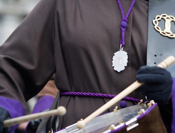 Las celebraciones litúrgicas de la Semana Santa en la Catedral de Santa María la Real de la Almudena finalizaron el Domingo de Pascua de Resurrección con una solemne Eucaristía. La Plaza Mayor acogió la tradicional tamborrada.