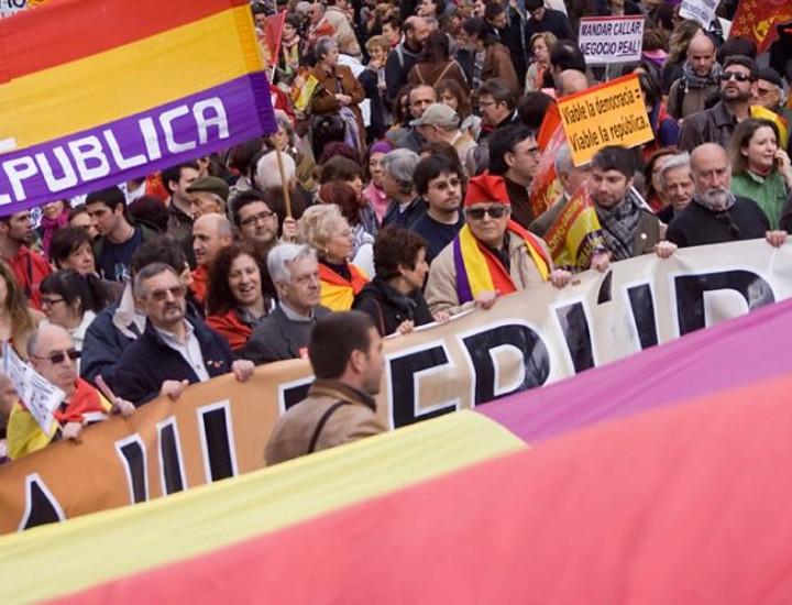 El Partido Comunista de España (PCE) convocó este sábado a todos sus militantes, así como al resto a los trabajadores, a una manifestación central a favor de la III República, que tuvo lugar entre la Plaza de Cibeles y la Puerta del Sol.