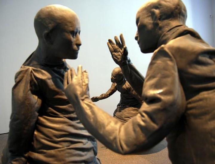 El Museo Reina Sofía acoge, a partir de este martes, la retrospectiva más importante y completa dedicada a la obra del escultor Juan Muñoz. Coproducida por la Tate Modern de Londres y la SEACEX, la muestra reúne más de un centenar de obras de este artista, uno de los referentes básicos en la renovación de la escultura contemporánea internacional.