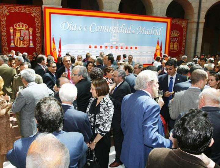 El levantamiento popular del Dos de Mayo se celebró en la Real Casa de Correos de la Puerta del Sol con ausencia de la mayor parte de los socialistas. El PP reforzó su presencia pero no pudo evitar que se notara la ausencia.