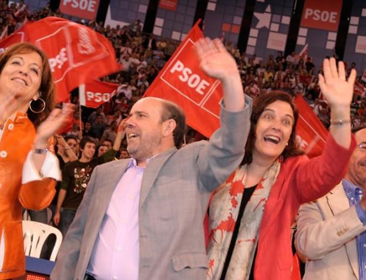 """El primer gran acto de la campaña del PSOE a las elecciones europeas, celebrado este domingo en el madrileño Palacio de Vistalegre, se convirtió en un homenaje al nuevo lehendakari, Patxi López, el primer socialista en llegar a Ajuria Enea, quien, en una intervención no anunciada se expresó muy agradecido y emocionado con las muestras de cariño y se reafirmó en su compromiso de gobernar Euskadi """"con la mano tendida"""" al entendimiento"""