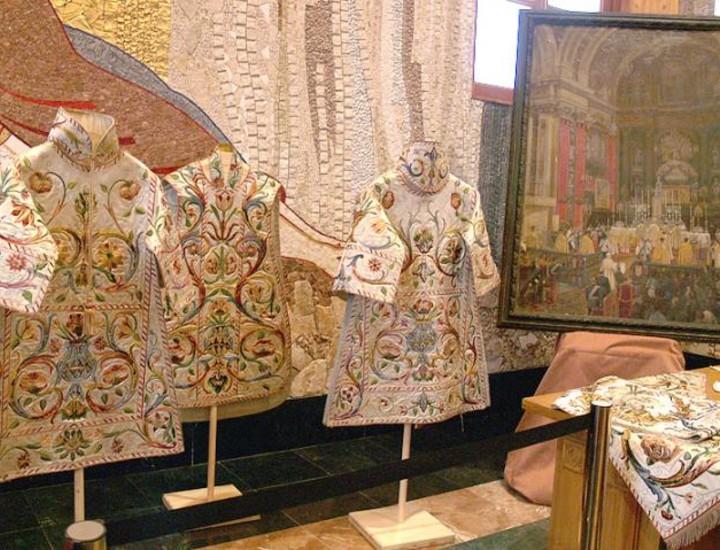 El Museo de la Catedral de la Almudena alberga desde este lunes en la sala Capitular la exposición 'San Isidro, Patrón de Madrid' coordinada por el Equipo del Museo. La muestra está enmarcada en la cercana festividad de San Isidro labrador.