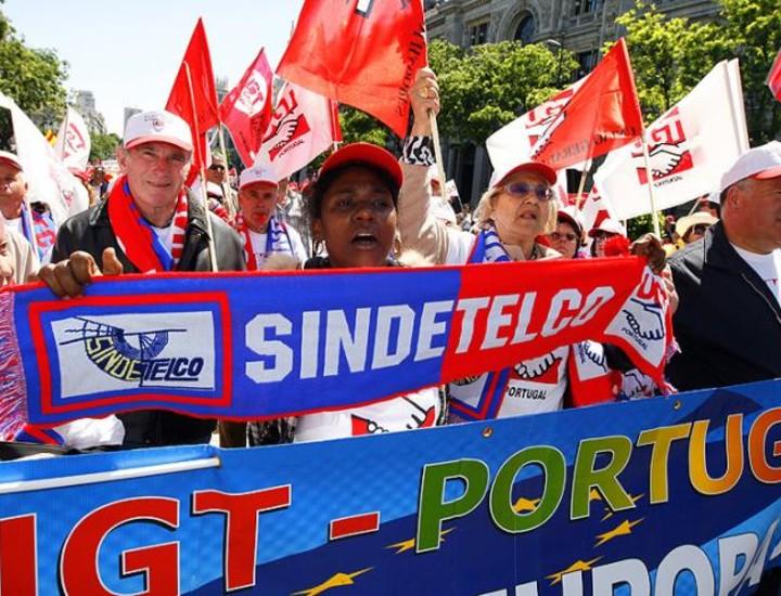 Miles de trabajadores se han concentrado en pleno centro de Madrid para protestar contra los despidos. Esta Euromanifestación convocada por la Confederación Europea de Sindicatos (CES) ha reunido a manifestantes venidos de todas partes de España y de países como Portugal, Francia, Italia y Luxemburgo.