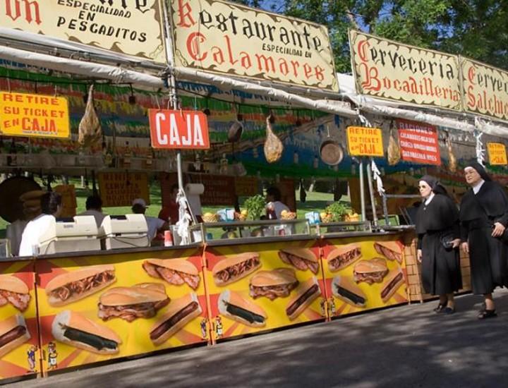 Mucho vestirse de chulapos y mucho darle a las rosquillas. Pero a la hora de la verdad, cuando se pregunta a los congregados en la pradera de San Isidro sobre el origen de sus tradiciones, escaso es el que obtiene un aprobado general. ¿Qué diferencia hay entre las gallinejas y los entresijos? ¿Quién fue San Isidro y qué lo hace un santo o por qué es milagrosa el agua de la fuente de la ermita? Sin ánimo de chulería, Madridiario intenta responder a algunas de estas preguntas.