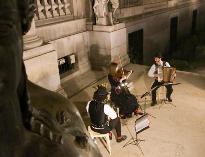 """Centenares de personas participaron desde las 20.30 horas y con pocas aglomeraciones en la apertura nocturna de los museos en Madrid con motivo de """"La Noche de los Museos"""", que por quinto año consecutivo y como antesala al Día Internacional de los Museos, invitó a trasnochar en las pinacotecas."""
