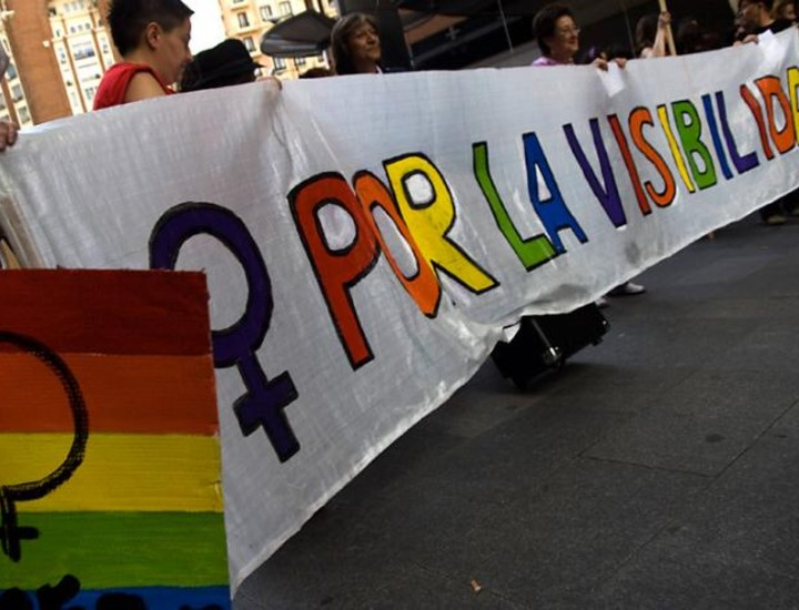 Cientos de mujeres participaron este sábado en una marcha por la visibilidad lésbica que recorrió las calles de Madrid.