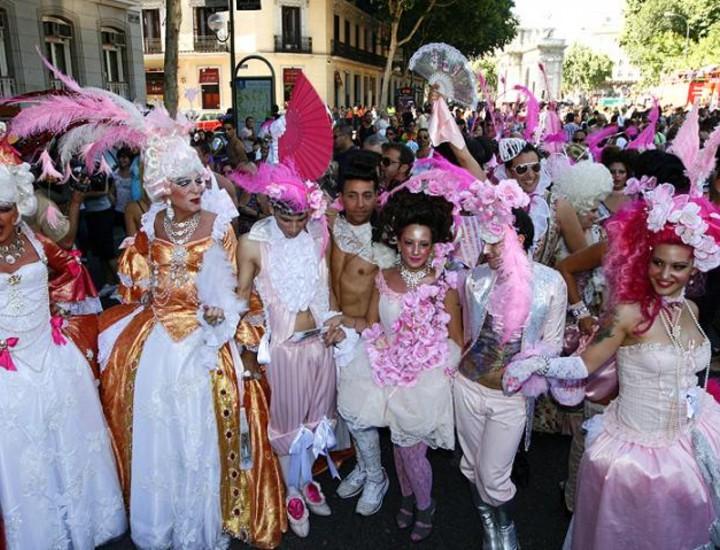 Este sábado las calles del centro de Madrid se han llenado de colorido, el colorido aportado por el colectivo homosexual y transexual del país. Y es que este sábado se ha celebrado el Desfile del Orgullo Gay 2009.