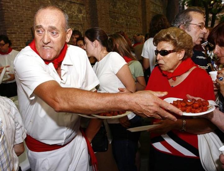 A las 12.00 horas de este lunes los ciudadanos que se acercaron hasta la Parroquia de San Fermín de los Navarros para celebrar el 'chupinazo' fueron obsequiados con chistorra y vino por la Delegación del Gobierno de Navarra.