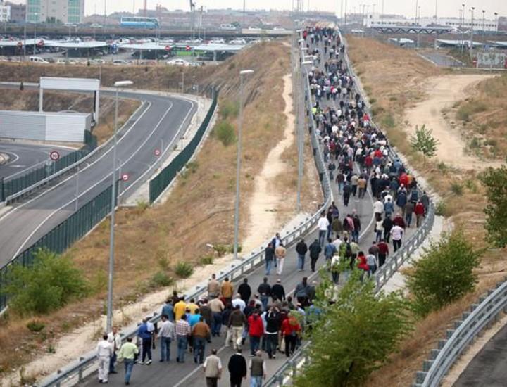 Los taxistas de Madrid se manifestaron este miércoles entre las 10.00 y las 12.00 horas en el aeropuerto de Barajas para protestar contra el intrusismo.
