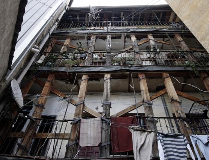 El edificio situado en el número 8 de la calle de la Huerta del Bayo fue desalojado este jueves por ruina inminente. Tenía un expediente de expropiación en marcha debido al incumplimiento del deber de conservación por parte de los vecinos.