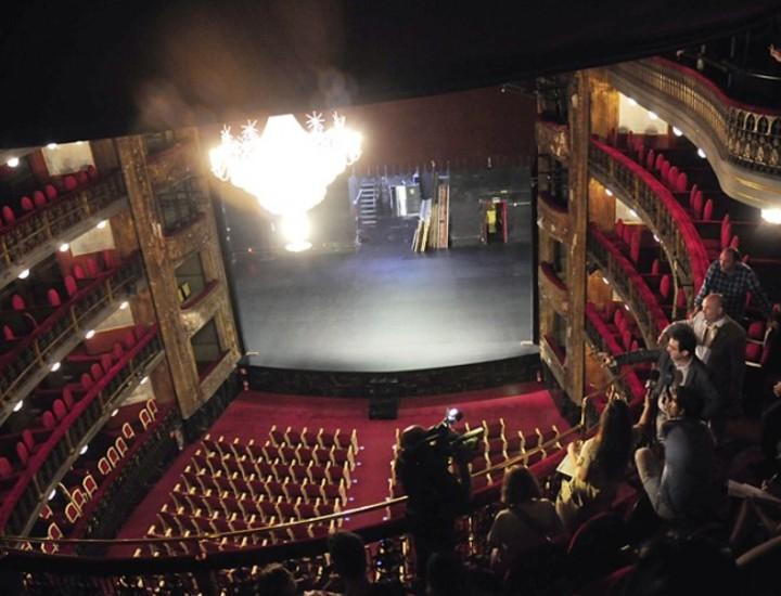 El teatro Español cumple este sábado 430 años desde su primera representación. El 21 de septiembre de 1583, Vázquez y Juan de Ávila estrenaban el denominado, en aquella época, teatro del Príncipe, por ser ésta la calle en la que se ubicaba. El coste era de setenta reales, que los espectadores pagaban para estar de pie, ya que aún no estaban construídas las gradas, ni las ventanas, ni el corredor.