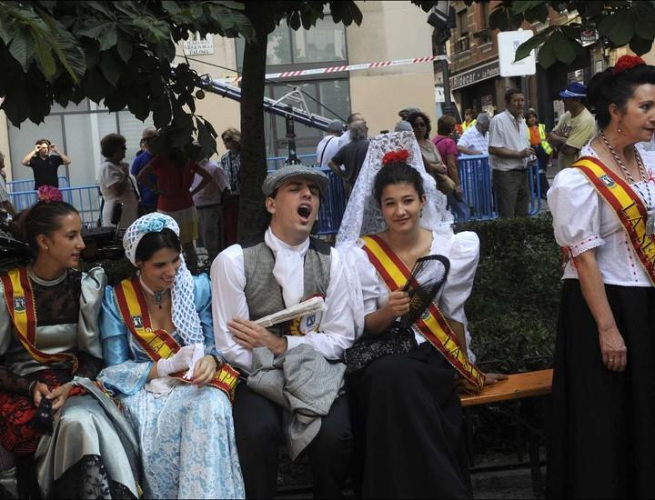 Este jueves se celebra el día de la virgen de La Paloma, a la que se le dedica una misa en su iglesia del barrio de La Latina. Además, muchos madrileños, algunos vestidos con los trajes de chulapos, participan en las actividades programadas.