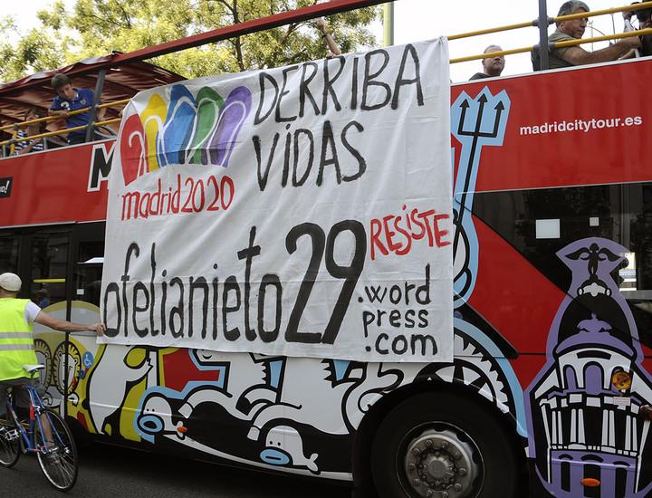 Miembros de la Asamblea Popular de Tetuán y activistas antidesahucios se han concentrado a las 12.00 horas de este viernes en el Ayuntamiento de Madrid, donde la nueva mascota de los Juegos Olímpicos 2020, 'Cobri' pretendía entregar a la alcaldesa en funciones un sobre gigante, para protestar contra el derribo de Ofelia Nieto, 29. Además, han colgado en un autobús turístico una pancarta de protesta contra este desalojo.