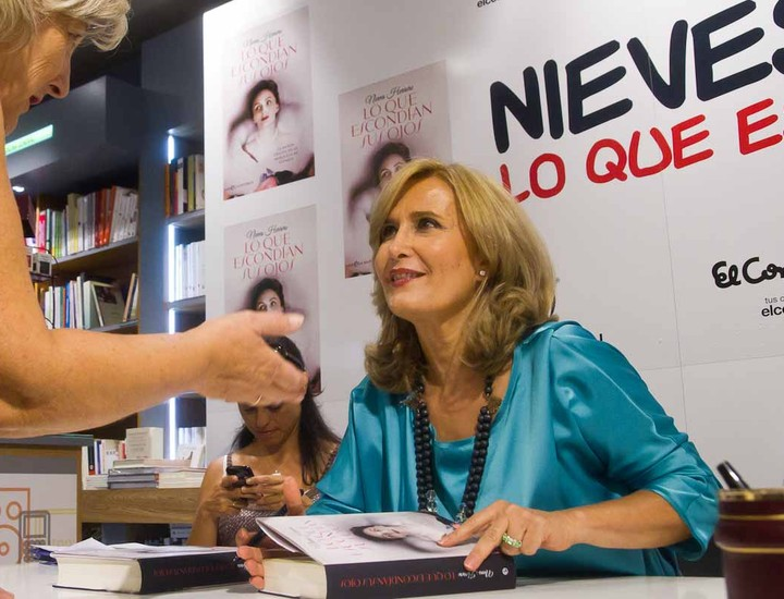 Nieves Herrero ha estado firmando su primera novela histórica en El Corte Inglés de Castellana.