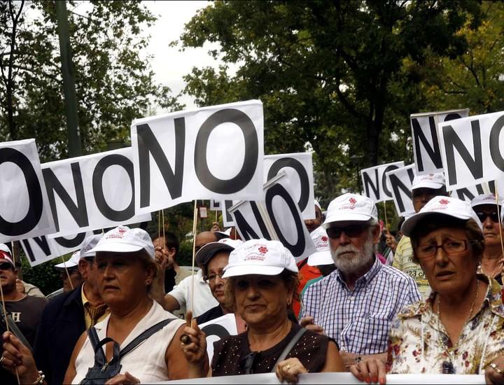 Miles de personas han iniciado este viernes una marcha hacia la Moncloa para protestar contra la reforma local que el Gobierno de Mariano Rajoy tiene previsto aprobar. Presidida por el diputado socialista, Rafael Simancas, los manifestantes recorren las calles de la capital a grito de