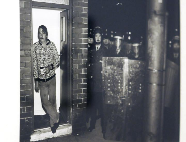 El Museo de Arte Reina Sofía acoge hasta el 24 de febrero la exposición fotográfica 'Chris Killip. trabajo/work', que cuenta con más de cien instantáneas en blanco y negro que recogen escenas de la vida cotidiana británica entre 1968 y 2004. Esta muestra repasa la obra de Chris Killip, figura fundamental de la fotografía de posguerra, y  se centra en el retrato de las clases obreras en pleno proceso de desindustrialización.