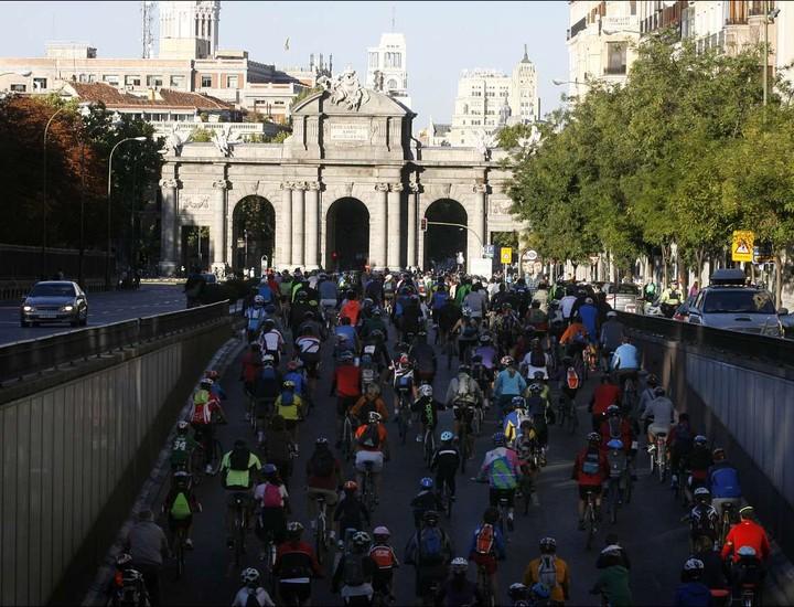Madrid ha festejado por todo lo alto el 35 cumpleaños de uno de sus eventos más conocidos: la Fiesta de la Bici. Más de 100.000 personas se han dado cita a las 9 de la mañana en la calle Menéndez Pelayo, junto al Retiro, para disfrutar de una gran mañana de bicicleta en un gran ambiente deportivo.