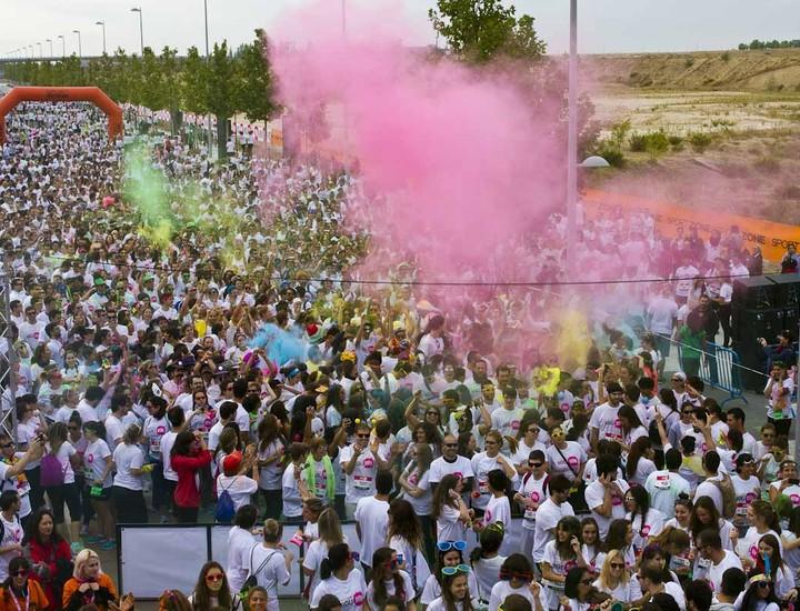 Holi Run España ha congregado este sábado a más de 10.000 personas en la primera edición de la carrera de colores en España, un evento que, según sus organizadores, ha revolucionado Estados Unidos, Singapur o Reino Unido, y que hoy ha aterrizado en Madrid. A las 11 horas ha arrancado la gran fiesta del color,