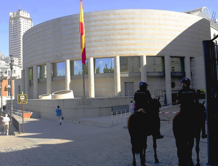 Por Juan Hablar del Senado es hablar de un referente histórico del parlamentarismo español. Pero el edificio es significativo no solo por su valor político.  Convertido en un auténtico museo del arte de los siglos XIX y XX, es visitado por 25.000 personas cada año. Fotos: Juan Luis Jaén