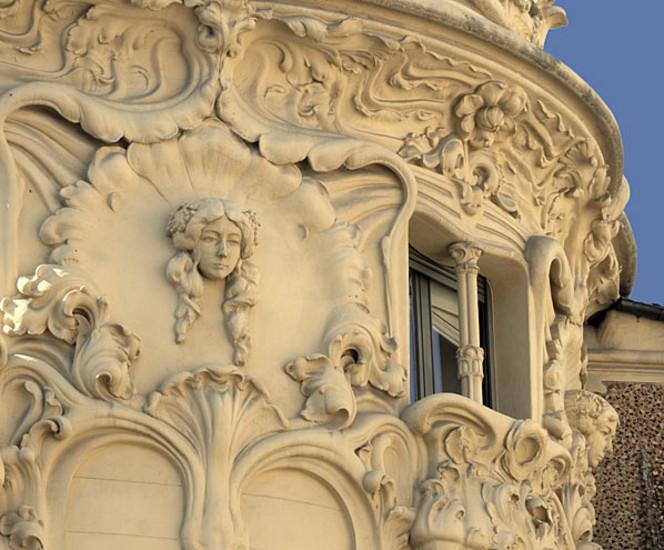 El palacio Longoria, sede desde 1950 de la Sociedad General de Autores y Editores, es el mejor ejemplo del modernismo madrileño. Su gran escalera, sus galerías, sus columnas-palmera y su artística fachada han convertido el edificio en una joya arquitectónica. Eso por no hablar del importante archivo con que cuenta que reúne posee más de 10.000 zarzuelas, 2.000 de ellas en manuscritos originales; 45.000 libretos; 30.000 partituras de música sinfónica, de cámara, bandas sonoras de películas o música para ballet, y 40.000 partituras de música comercial. Madridiario ha recorrido este palacete.