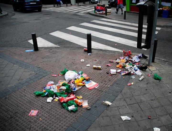 La suciedad se ha convertido en el rasgo característico de las calles y rincones de Madrid en el tercer día de huelga de limpieza. Contenedores desbordados, bolsas que se agolpan en las aceras y todo tipo de desechos domésticos, se han convertido en la 'decoración'  de la capital. Cuando se cumple la tercera jornada de paro de los barrenderos y jardineros, no se ha conseguido aún llegar a un acuerdo entre los trabajadores y las empresas que gestionan estos servicios, y el Ayuntamiento de Madrid se ha desvinculado de este conflicto.