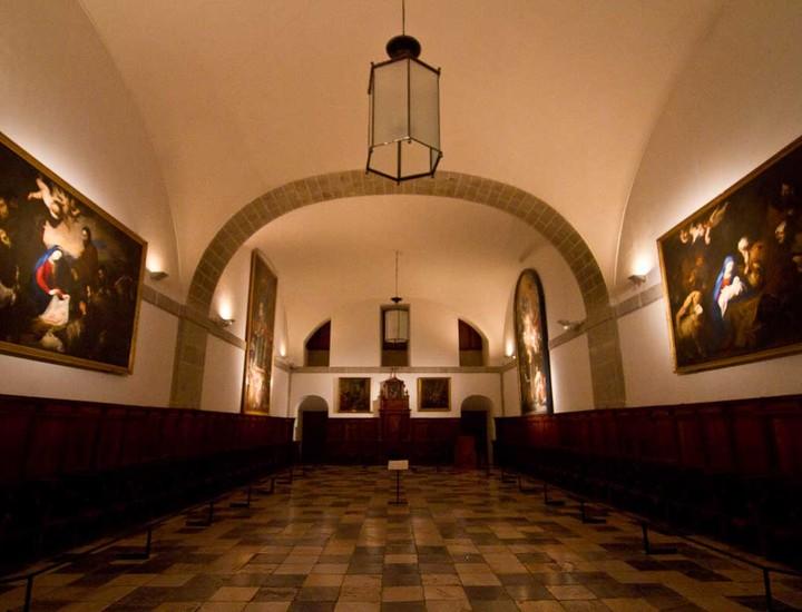 sala con cuadros de grandes dimensiones en el monasterio del escorial