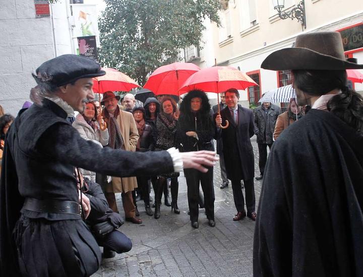 La ruta 'Letras y espadas', un itinerario teatralizado con guión de Arturo Pérez Reverte, acercará el barrio de Las Letras del Siglo de Oro a los madrileños una vez al mes.