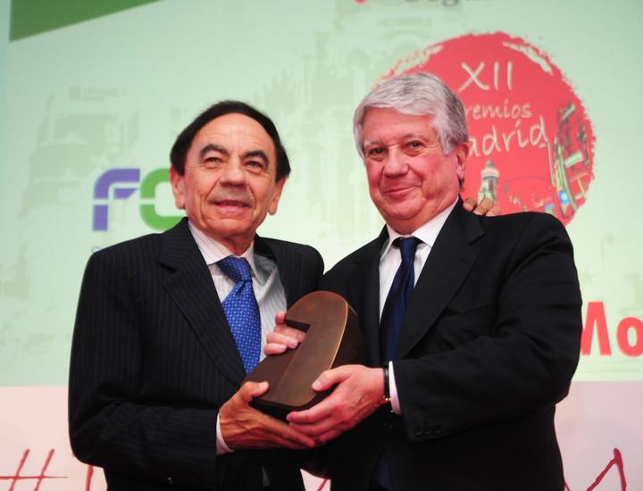 El presidente de CEIM, Arturo Fernández, entrega el premio al presidente de la UAX, Jesús Núñez.