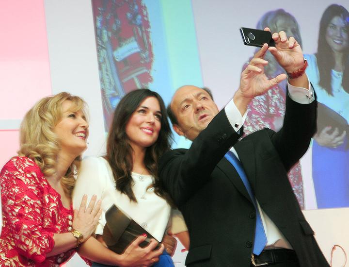 El presidente editor de Madridiario, Constantino Mediavilla, hace un 'selfie' Nieves Herrero y Adriana Ugarte.
