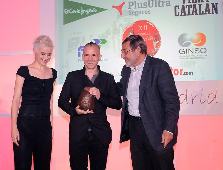David Muñoz y Ángela Montero recogen el premio de manos de Jaime Lissavetzky, portavoz del PSOE en el Ayuntamiento.