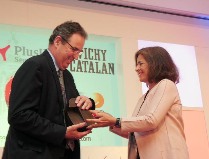 Cesar Cort, presidente de la junta de compensación de Valdebebas, recibe premio de la alcaldesa de Madrid, Ana Botella.