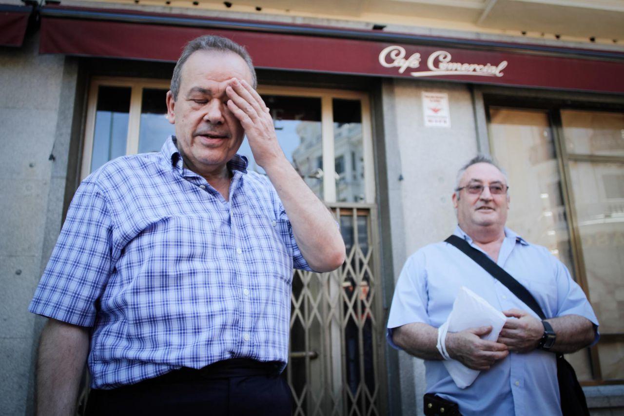 Dos de los camareros del Café Comercial que pierden su puesto de trabajo. Se enteraron del cierre cuando fueron a trabajar este lunes.