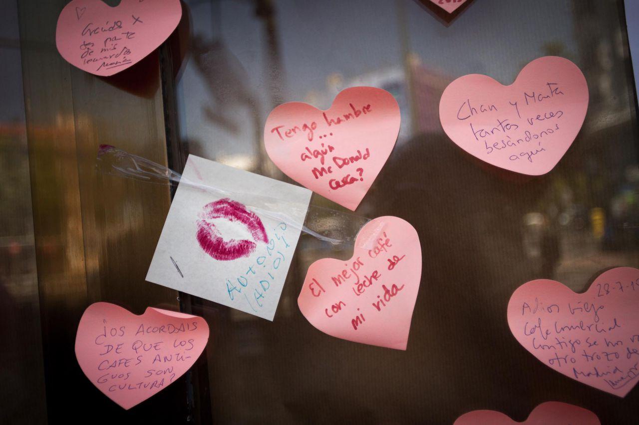Varios recuerdos y reivindicaiones pegados en el escaparate del Café Comercial.