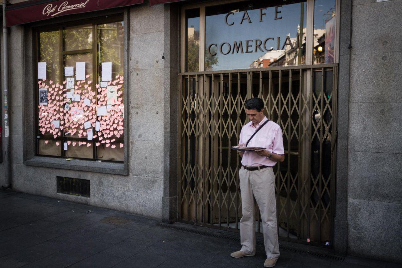 Una persona espera en la puerta cerrada del Café Comercial.