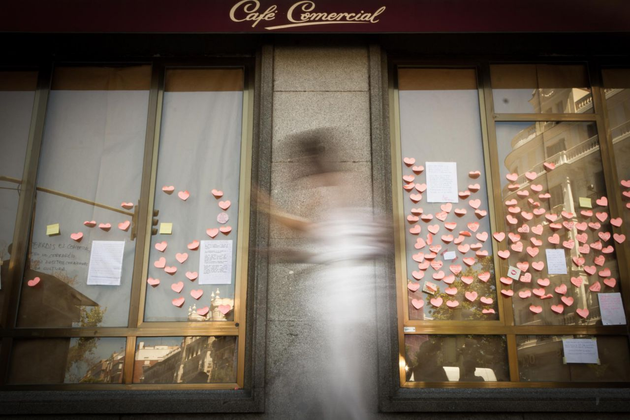 Una persona pasa por delante del cerrado Café Comercial.