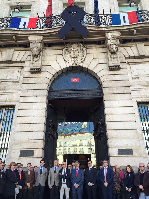 Miembros de la Comunidad de Madrid guardan un minuto de silencio en la Puerta del Sol