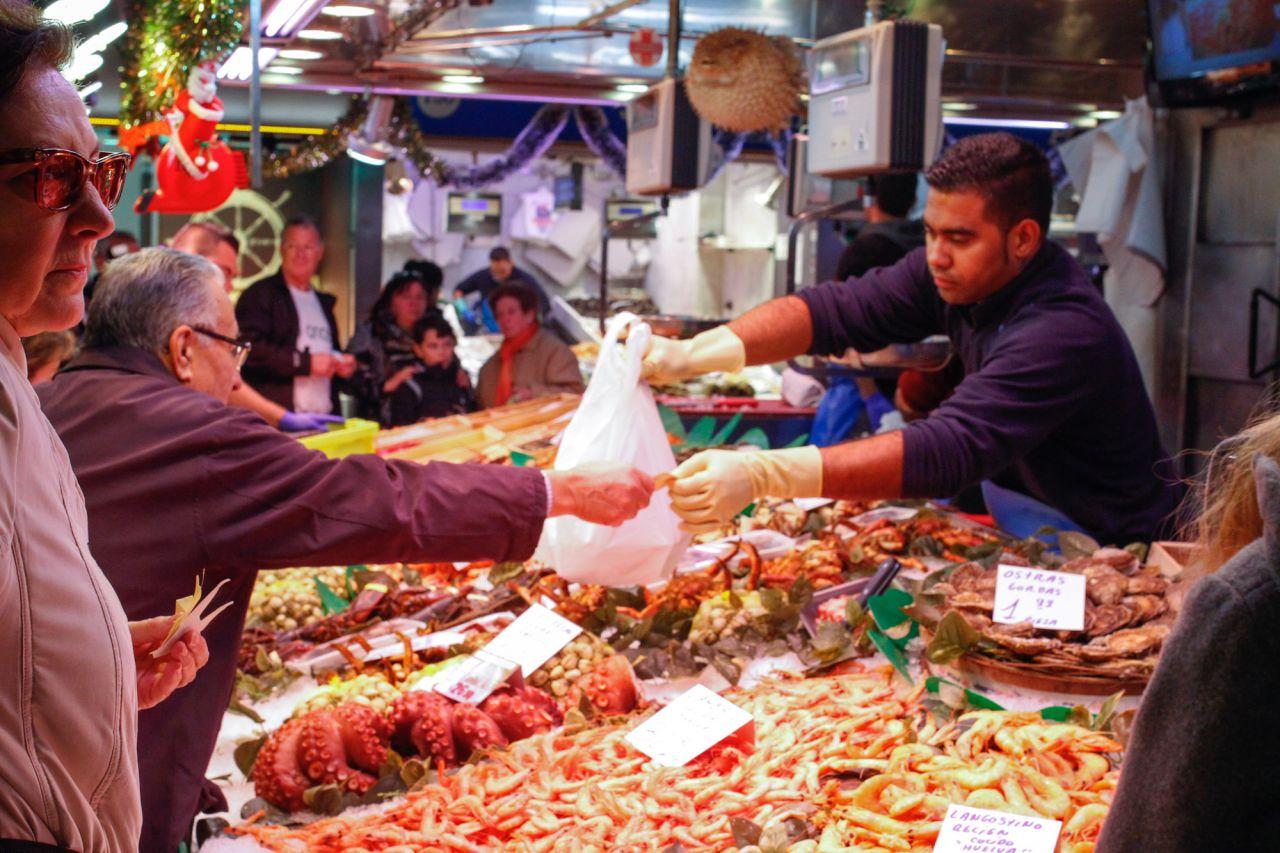 Galer a madridiario los madrile os ultiman las compras for Compra de comedores nuevos