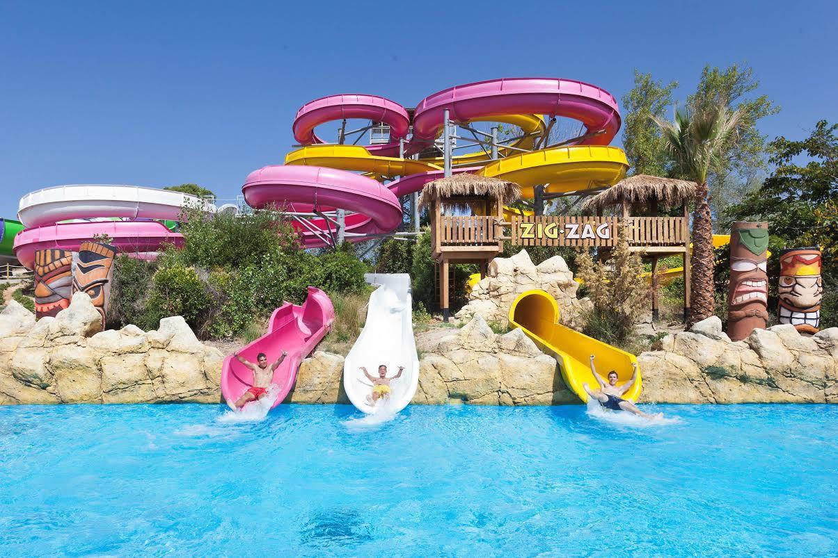 Hay atracciones vertiginosas y otras más moderadas donde dejarse llevar por la corriente, echar carreras en pistas blandas o saltar olas. Y para los más pequeños, un parque acuático infantil lleno de toboganes, chorros de agua y figuras gigantes.